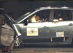 Renault Grand Scenic выдержал удар