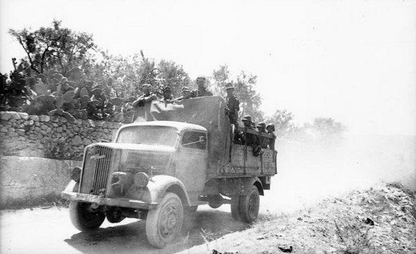 Bundesarchiv_Bild_101I-303-0554-24,_Italien,_Soldaten_auf_LKW_Opel-Blitz.jpg