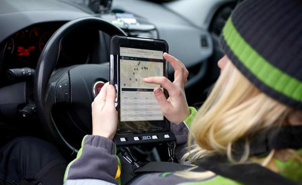 Volvo тестирует технологию доставки пиццы прямо в машину