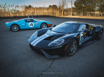 Ford GT Heritage Edition позирует вместе со своим предшественником