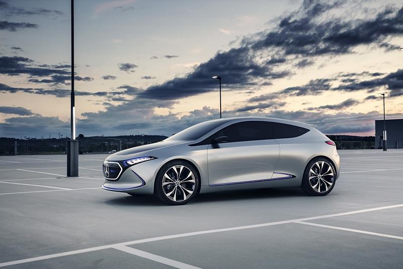 Компания Mercedes представила на автомобильном салоне конкурента электрокара БМВ i3