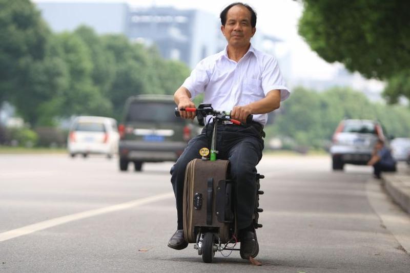 Житель Китая превратил чемодан в скутер
